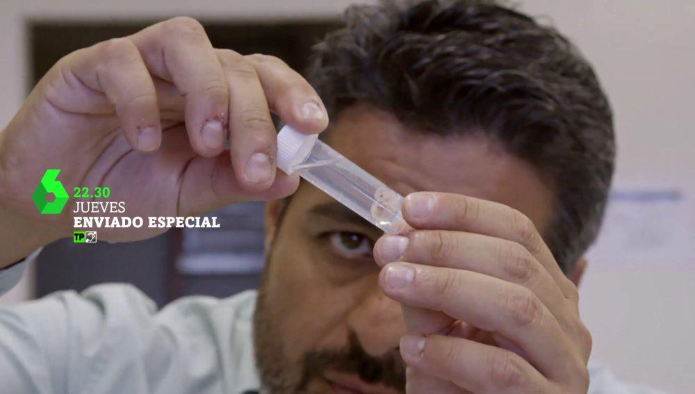 Jalis de la Serna sujeta embriones en Enviado especial