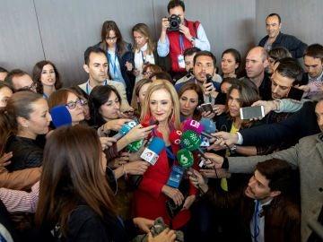 Cristina Cifuentes hablando con los periodistas