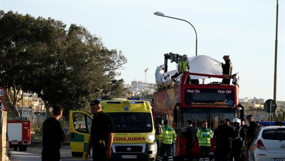 Dispositivo de Emergencias en Malta tras impactar un autobús con un árbol