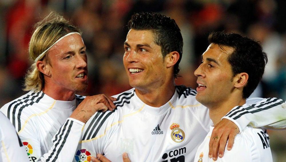 Guti y Arbeloa abrazan a Cristiano Ronaldo