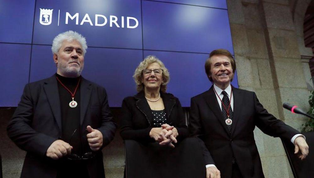 Carmena da a Almodóvar y Raphael sus títulos de hijos adoptivos de Madrid