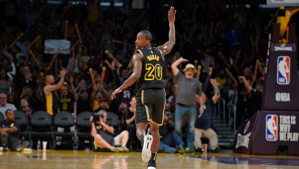 Ingram celebra uno de sus triples en el Staples Center
