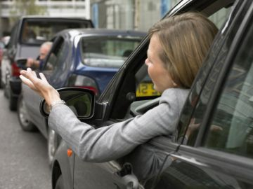 Una mujer increpa a otros conductores en un atasco.