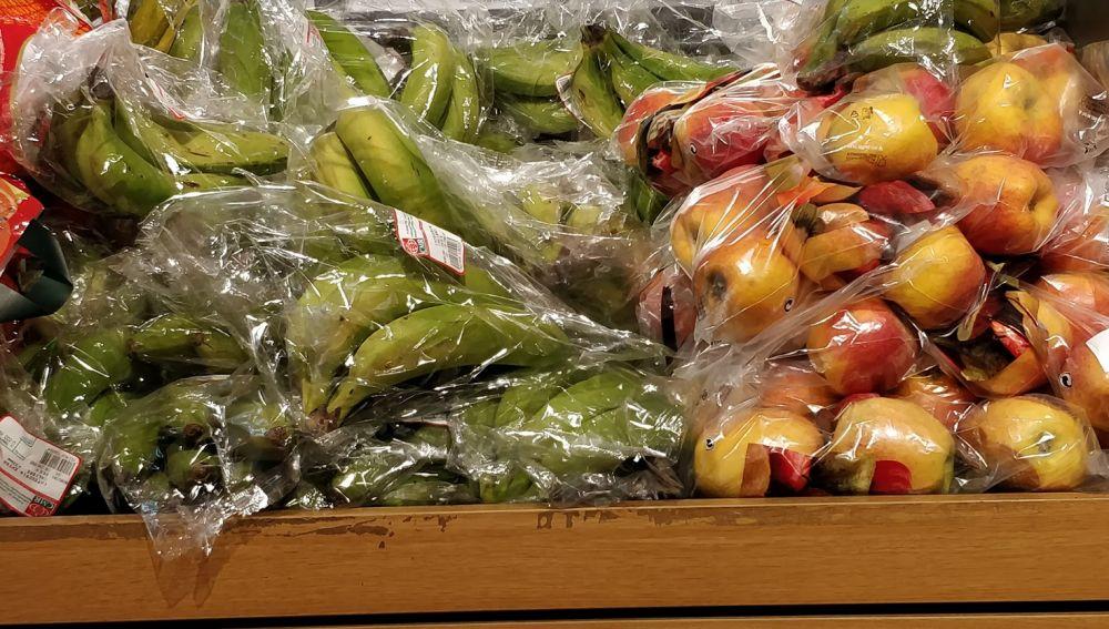 Frutas envasadas en plástico en un supermercado