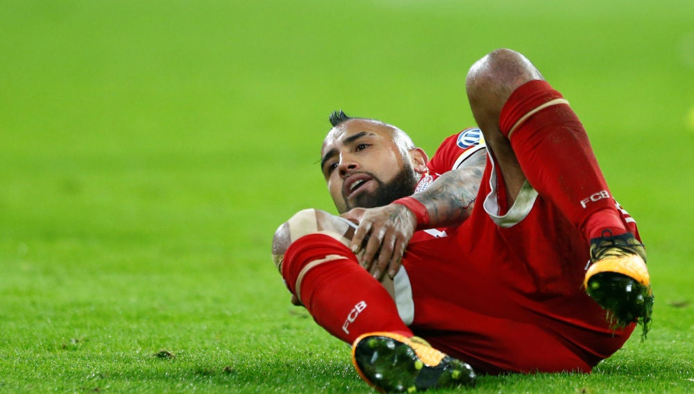 Arturo Vidal se duele de la rodilla derecha