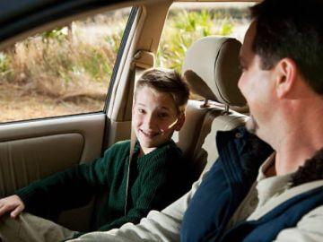 ¿Cuándo pueden ir los niños en el asiento delantero del coche?
