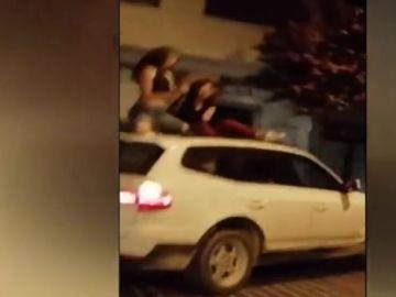 La última imprudencia en carretera: bailar sobre el techo de un coche en marcha