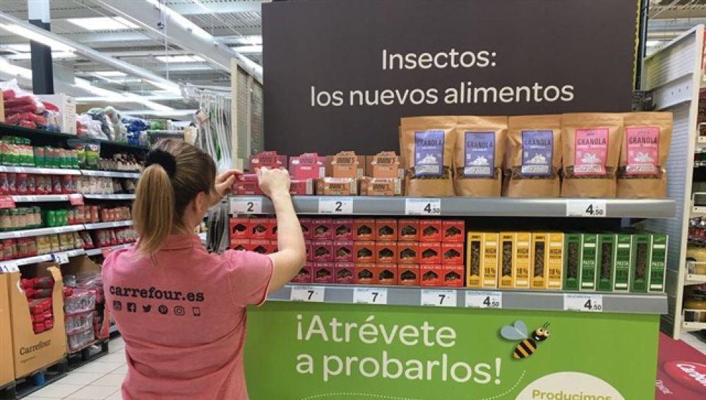 Estanteria con alimentos elaborados con insectos