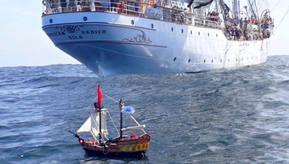 Barco Playmobil surcando los mares