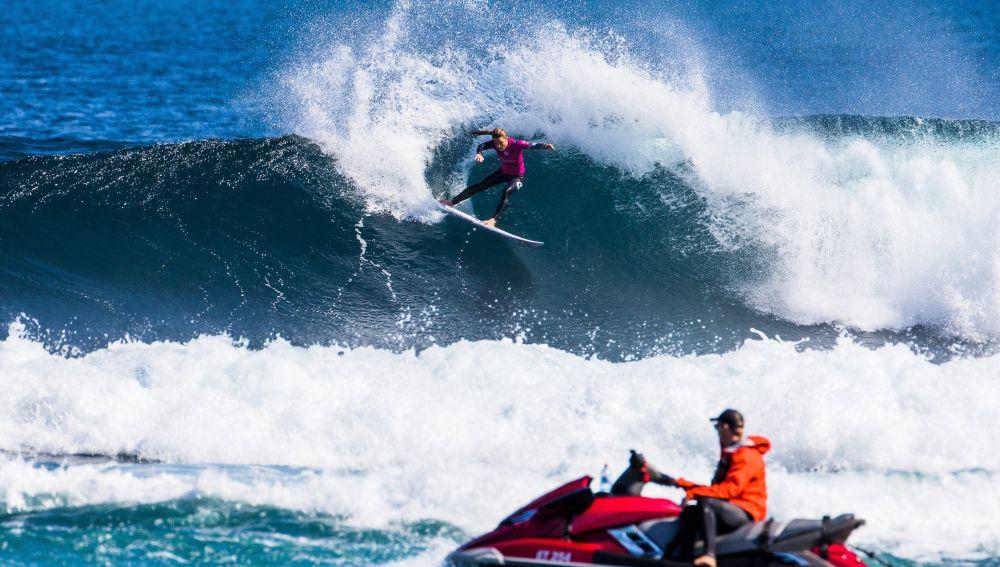 Nikki Van Dijk, durante su participación en una prueba de la Liga Mundial de surf, en Sudáfrica