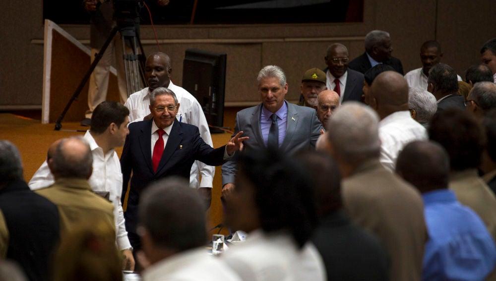 Raúl Castro junto a Miguel Díaz-Canel