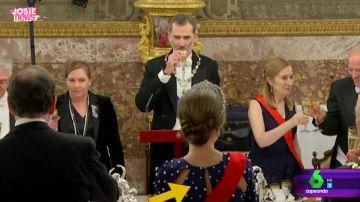 Las imágenes del incidente de la reina Letizia con su vestido en la cena de gala en el Palacio Real