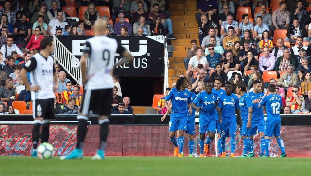 Los jugadores del Getafe celebran uno de los goles de Remy contra el Valencia