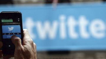Una persona con Twitter en su móvil