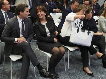 La presidenta de la SEPI, Pilar Platero (2i), conversa hoy con el presidente de Ciudadanos, Albert Rivera, durante el EFEForo Líderes