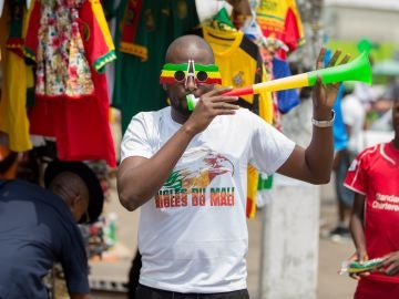 Un hombre toca una vuvuzela