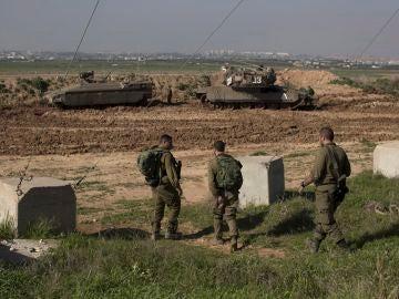 Soldados israelíes montan guardia en la frontera entre Israel y Gaza