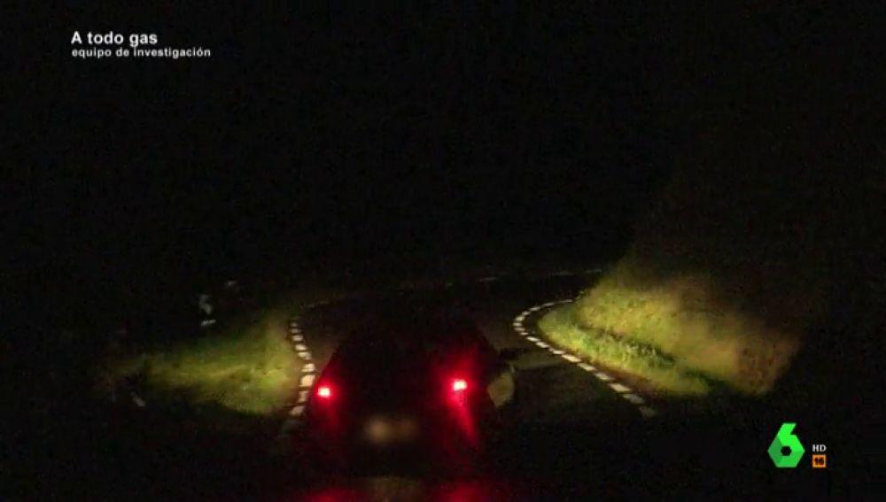 Invaden el carril contrario, circulan a gran velocidad, queman ruedas… así son las carreras ilegales que se celebran de madrugada