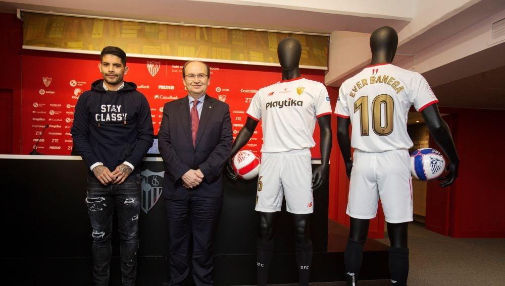 Éver Banega y Pepe Castro, junto a la equipación hispalense para la final de Copa