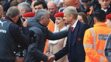Mourinho y Wenger se saludan durante un United - Arsenal