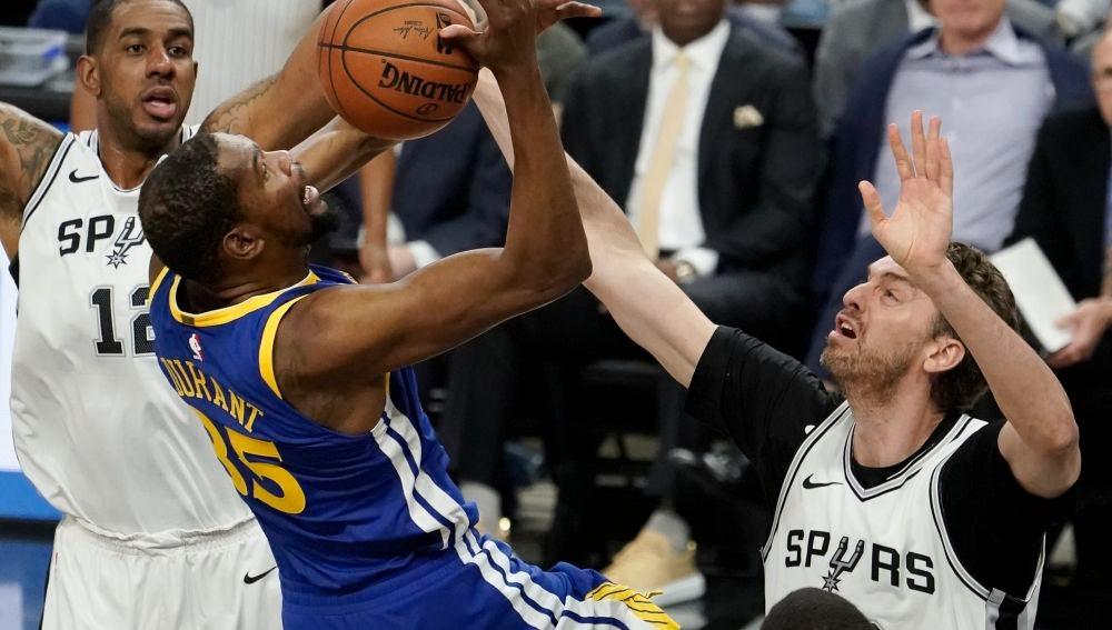 Pau Gasol ante Kevin Durant