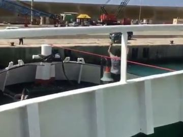 Momento en el que el barco de Proactiva Open Arms inmovilizado ha zarpado
