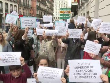Cientos de letrados de la Administración de Justicia toman la calle para pedir una subida salarial: