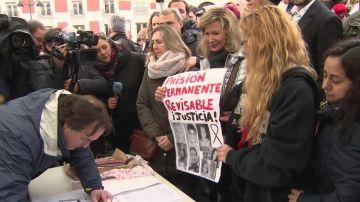 La madre de Diana Quer junto a su hermana Valeria en una manifestación por la PPR
