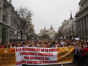 Vista general de la manifestación desde la Puerta del Sol de Madrid hasta el Congreso de los Diputados para reclamar la 'No Derogación de la Prisión Permanente Revisable'
