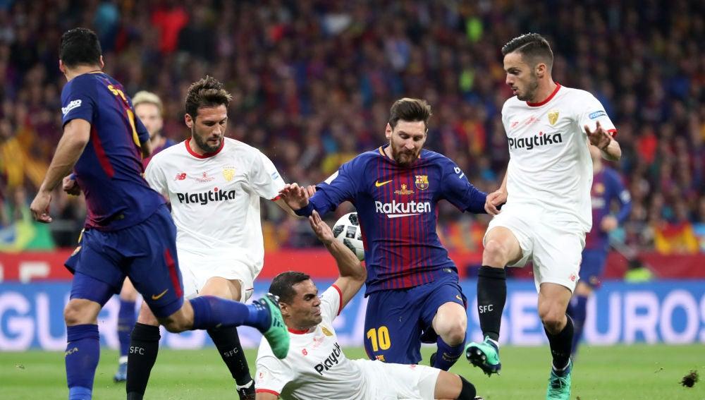 Messi y Mercado disputando el balón