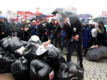 Concentración de los sindicatos y trabajadores ante el Teatro Real