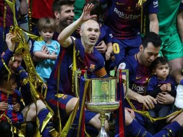 Iniesta, con el trofeo de campeón de la Copa del Rey