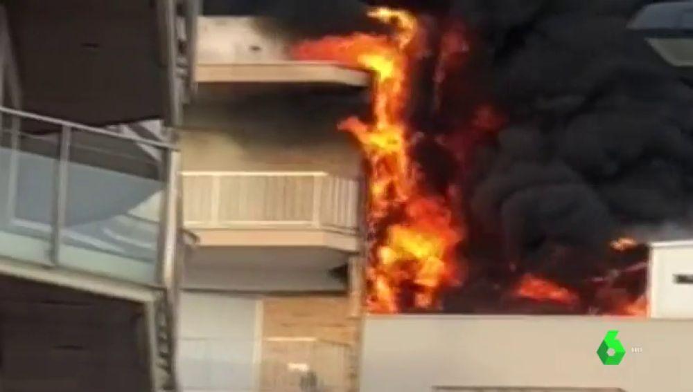 El edificio de Calafell en llamas