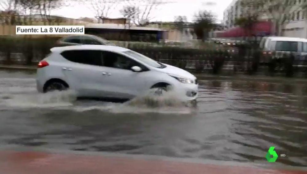 Un coche para por un charco en Valladolid