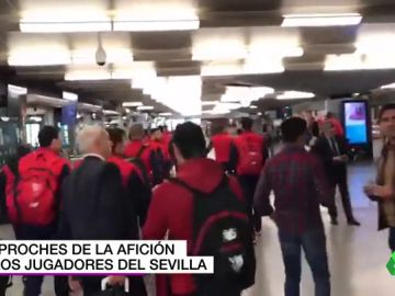 Indignación de los aficionados sevillistas a la llegada del equipo a Atocha