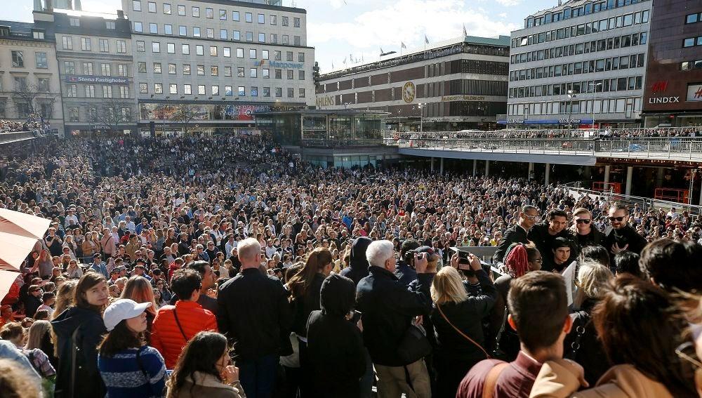 Cientos de fans se reúnen para honrar al fallecido DJ sueco Avicii en Sergels Torg en el centro de Estocolmo, Suecia