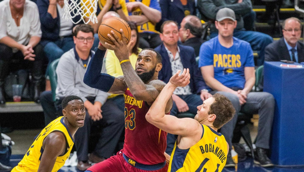 LeBron James anota ante la defensa de los Pacers