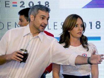 El candidato oficialista a la Presidencia de Paraguay, Mario Abdo Benítez junto a su esposa, Silvana López Moreira