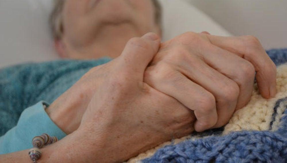 Una persona mayor en un hospital