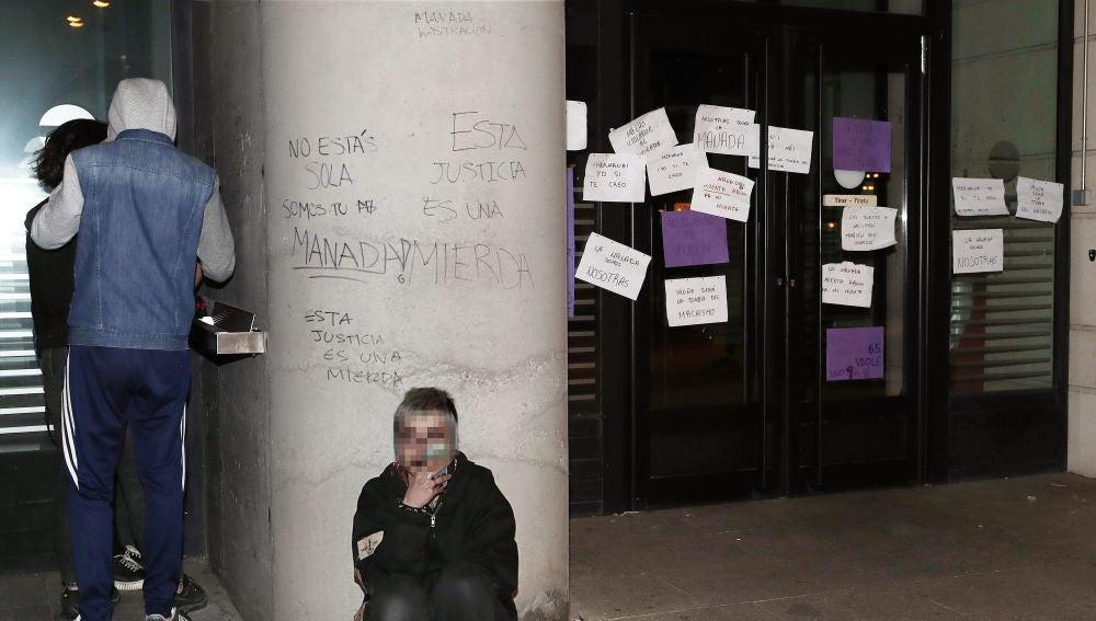 Varias pintadas y carteles en contra de la sentencia de la Audiencia de Navarra