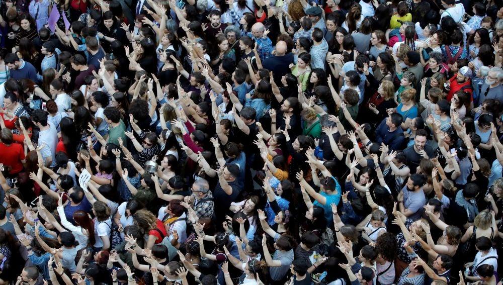 Miles de personas asisten a la concentración convocada por colectivos feministas