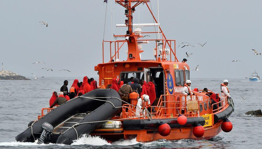 Una embarcación de Salvamento Marítimo traslada al puerto de Almería a los 47 inmigrantes
