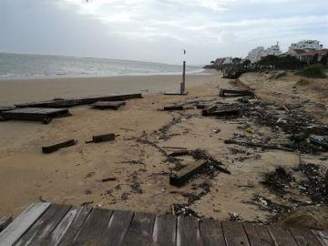 Destrozos en la playa de El Portil, Huelva