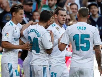 Los jugadores del Real Madrid celebran el gol de Gareth Bale