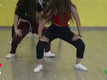 Un grupo de chicas en una academia de baile