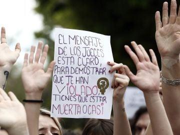 Cientos de personas se han concentrado este mediodía frente al Palacio de Justicia de Navarra