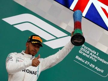 Hamilton, con el trofeo del GP de Azerbaiyán