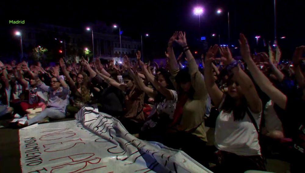 """""""Nos van a violar y dormirán en sus casas esa misma noche"""": así reaccionó la calle a la sentencia a 'La Manada'"""