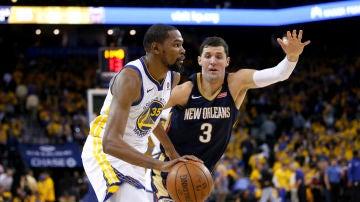 Nikola Mirotic defiende la jugada de Kevin Durant