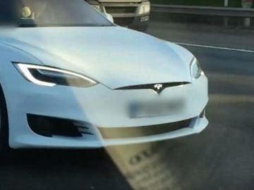 Pillado con su Tesla circulando en el asiento del acompañante